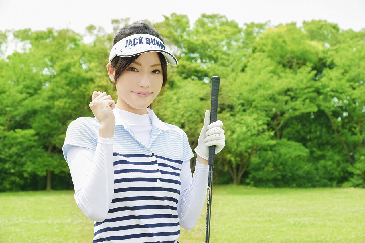 ゴルフ場でゴルフを楽しむ女性ゴルファー