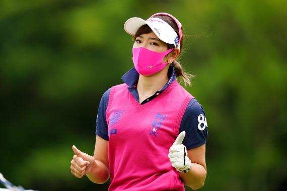 マスクを着けている原英莉花プロがピースサイン