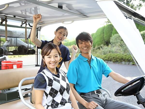 ゴルフカートに乗る男女グループ